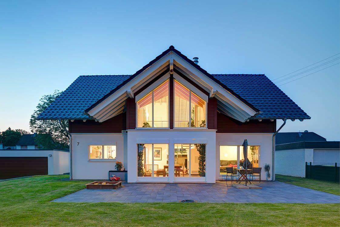 Dreigiebelhaus Bauen Blick Auf Den Beleuchteten Glasgiebel Haus In