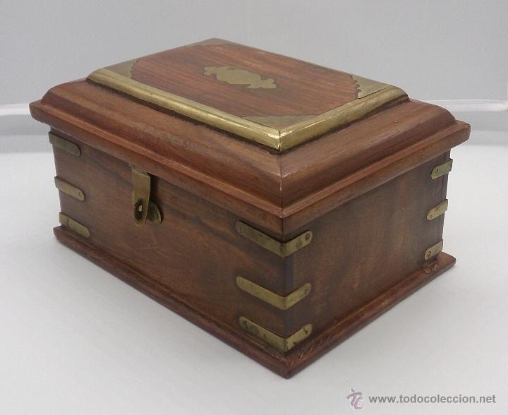 elegante caja en madera con en bronce y cierre para candado foto