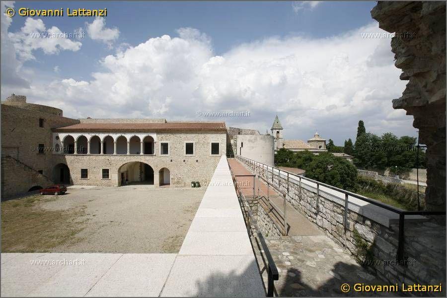 Venosa, il castello, cortile - 40°58′00″N 15°49′00″E