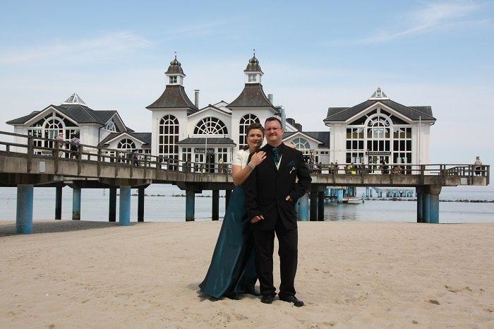 #Brautpaar beim #Fotoshooting vor der #Seebrücke #Sellin auf der #Hochzeitsinsel #Rügen.#Hochzeitsfotograf #Fotograf #Heiraten #Hochzeit #Trauung #Ostseestrand #Hochzeitsfotografie