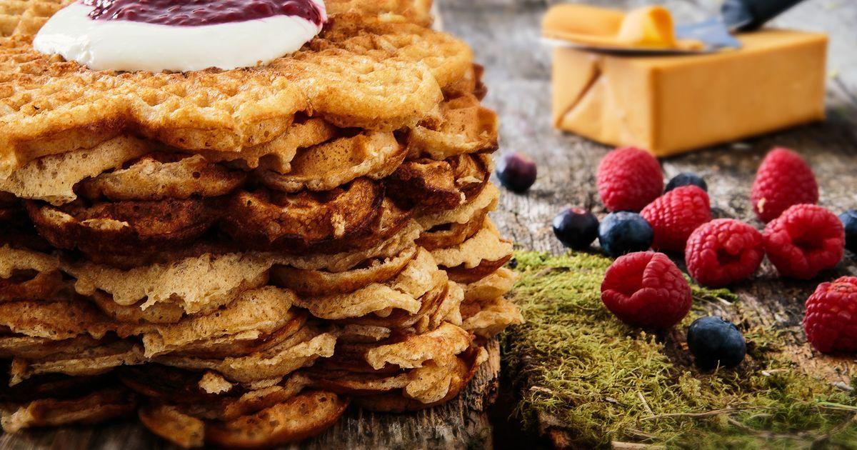Hva smaker vel bedre til kaffen enn hjemmelagede vafler med rømme og syltetøy, eller brunost? Gjør vaflene litt sunnere med grovere mel og havrekli. Da blir de i tillegg ekstra mettende og er supre i hverdagsmatpakka eller i tursekken i helgene.