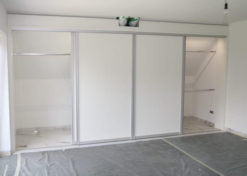 Begehbarer Schrank Unter Der Dachschraege By Schreiner Burkhardt In 2020 Kleiderschrank Schiebeturen Dachschragenschrank