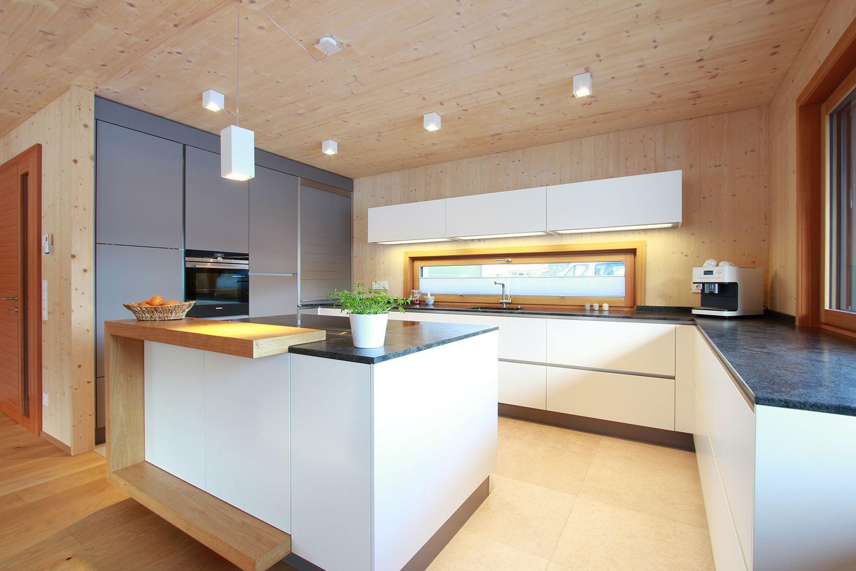 Elegante Grifflose Wohnkuche Mit Kochinsel Im Modernen Holzhaus U Formige Bar In 2020 Moderne Kuche Haus Kuchen Kuchenumbau
