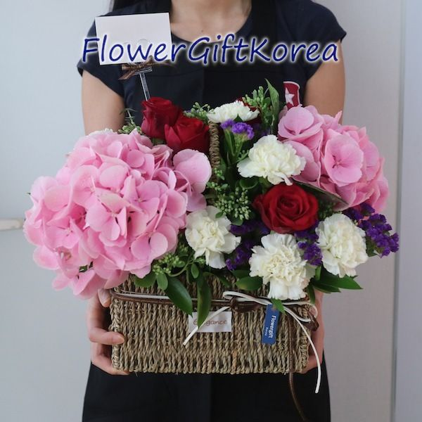 Check Out This Creamy Delight A Mix Of White Carnations Red Roses Purple Statices Pink Hydrangeas And Mixed Greens Thi Canasta Con Flores Canastas Flores