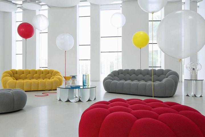 Questo divano interamente a mano porta alla mente una nuvola gonfia, e offre grande comfort attraverso le sue forme rassicuranti.