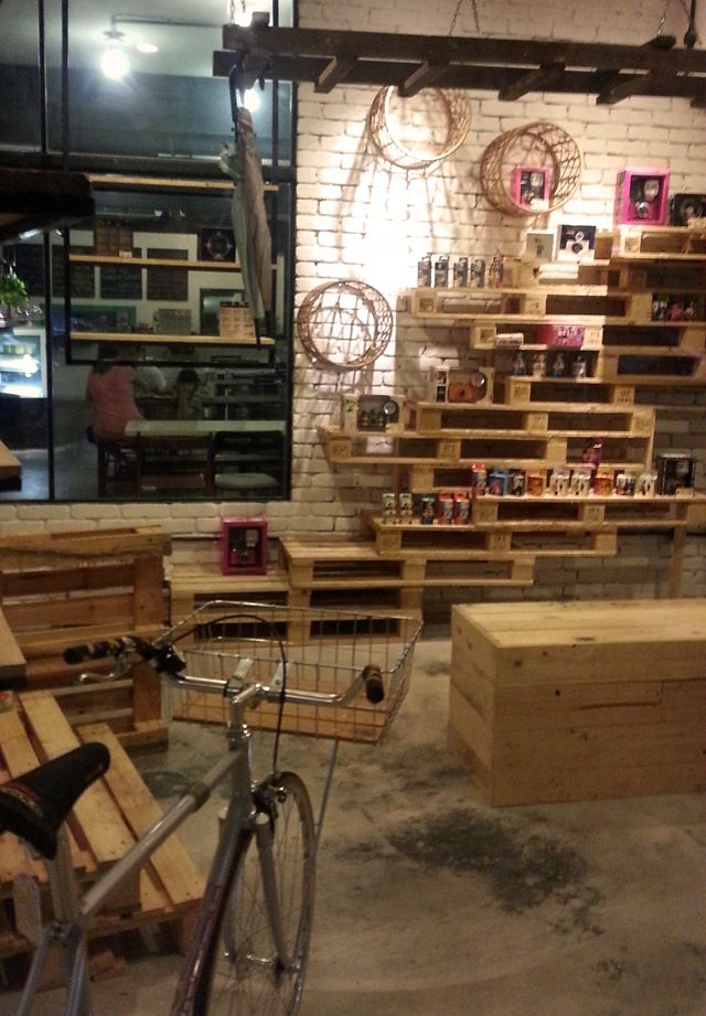 Pallets Used For Display Google Search Cafe Pallet Furniture Diy Furniture