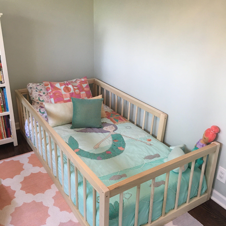 Cama de piso Montessori con rieles y listón twin size