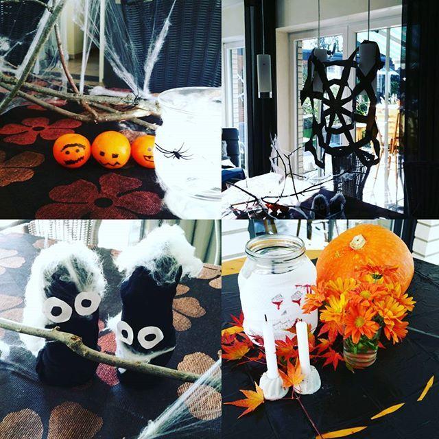 Weitere Dekoelemente der Halloweenparty!!! Wieder Zweige Spinnenweben und Spinnen. Zudem haben wir Mandarinen ein Gesicht gegeben, aus Müllbeutel Spinnennetze und Tischdecken gebastelt. Vom letzten Jahr hatten wir noch Sockengeister, die dienten auch schon mal als Verpackung. Viele Windlichter haben wir mit mit Spinnenweben oder Mullwickeln verschönert.  So ich hoffe unsere Einblicke haben euch gefallen und konnten euch ein bißchen inspirieren! #11helloweenparty #halloween #halloweenparty…