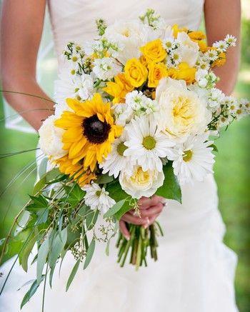 20 Sunflower Bouquets That Will Brighten Up Your Wedding Day