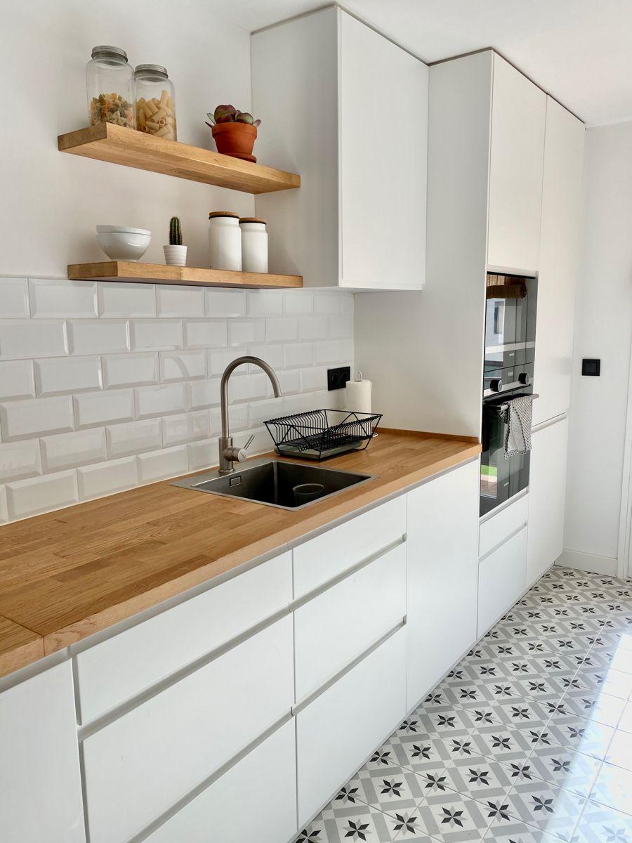 Cocina Nordica Madera Suelo Vinilico En 2021 Cocinas De Casa Cocina Blanca Y Madera Diseno Muebles De Cocina