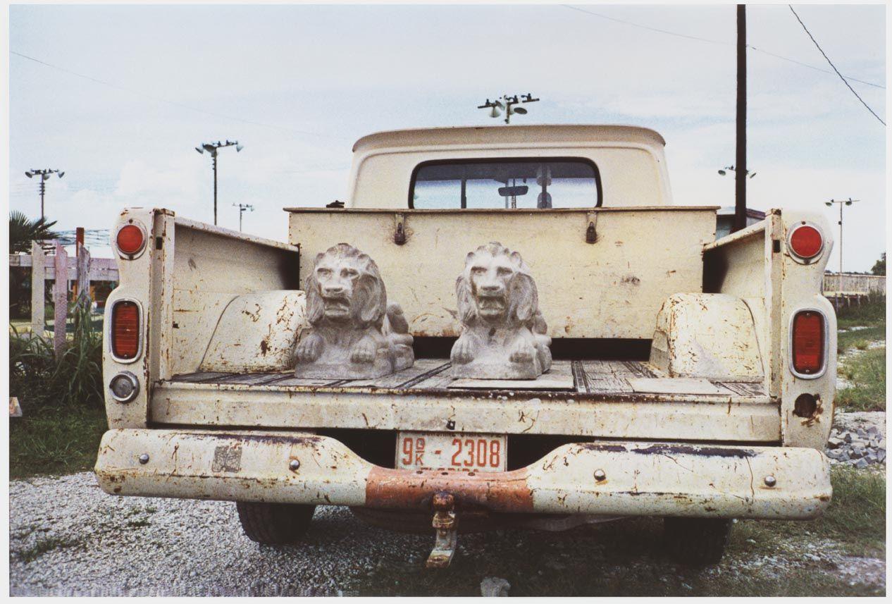 © William Eggleston, Untitled (Stone Lions in Truck Bed) de la serie Los Alamos Project. 1965-74. Dye transfer, 30×45 cm