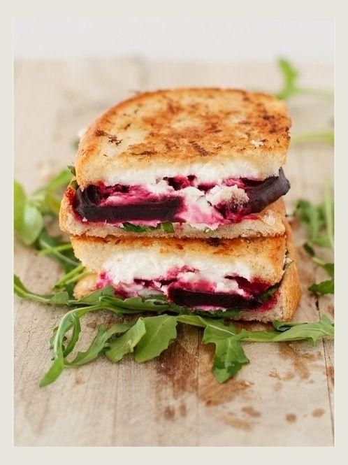 source image  Je vois ce sandwich partout en ce moment,dans toutes les cantines veggie-vegan: pain toasté + betterave rouge cuite al dente + fromage de chèvre frais + roquette + fleur de sel + poivre. J'en ai goûté une version à la feta au Tuck Shop et je le refais en boucle à la maison, avec un chouia d'huile de noisette en plus. C'est mon sandwich du printemps.