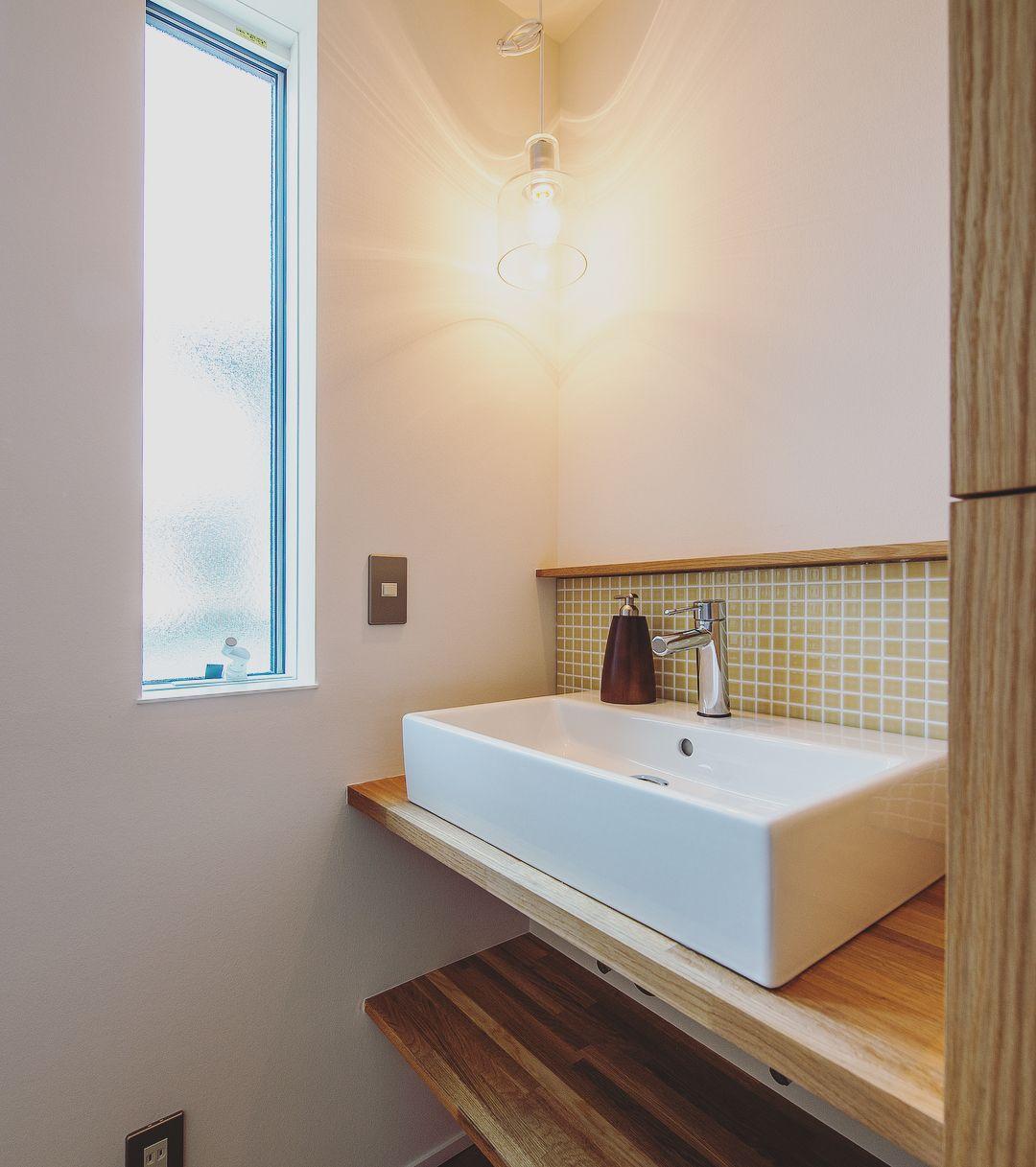 西岡本の家 1階のトイレ前に設計された 洗面台 照明の灯りがあると ないとでは 雰囲気がガラリと変わります 洗面台 洗面 照明 灯り タイル 豊かな暮らし 住まい 注文住宅 マイホーム 計画 一戸建て 木造住宅 工務店 小さな家 自然 シンプル