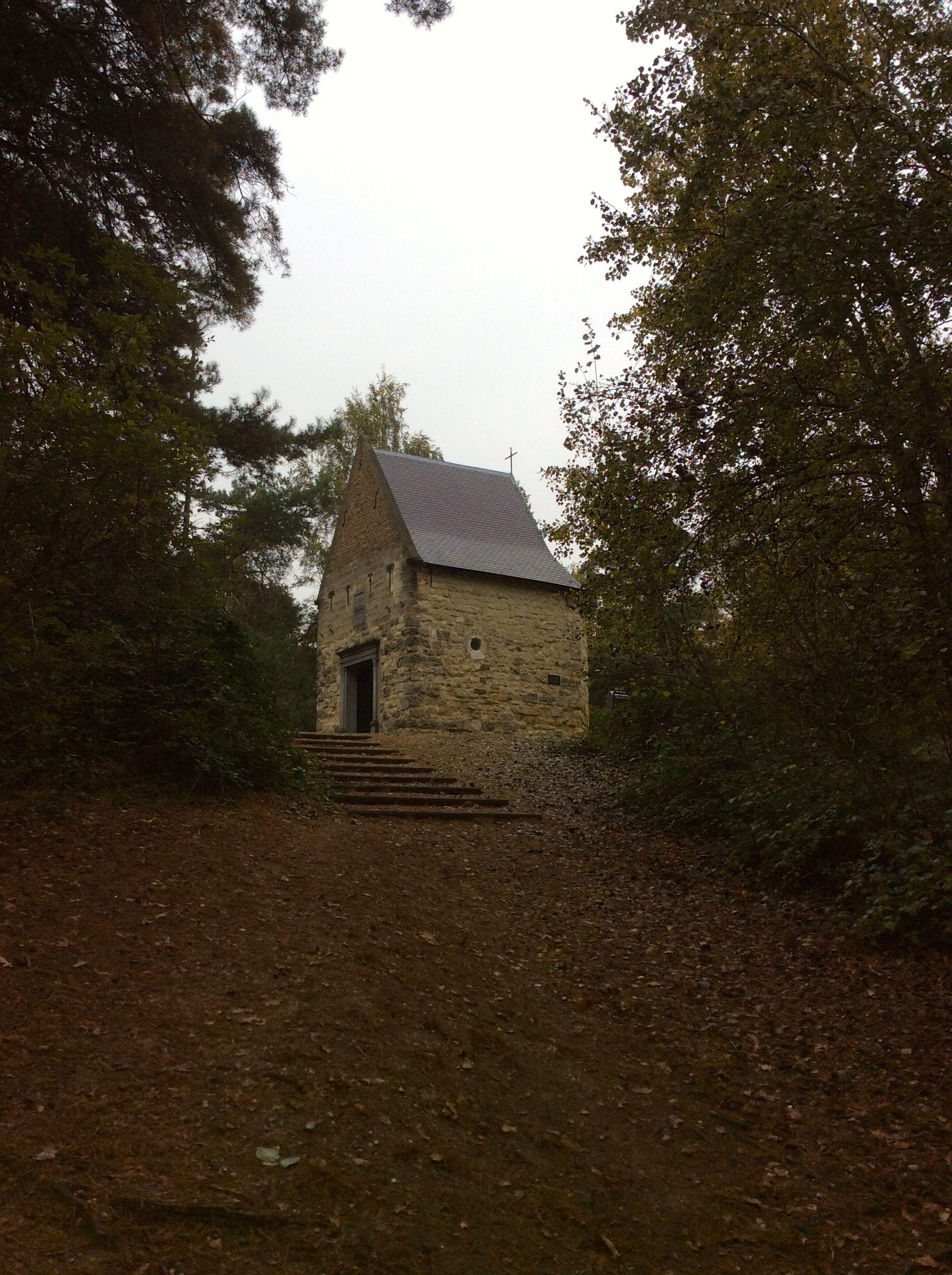Schaesberg. Leender Kapel. De Leenderkapel of Kapel van Onze-Lieve-Vrouw van de Berg Carmel is een kapel ten noordwesten van Schaesberg in de gemeenteLandgraaf.