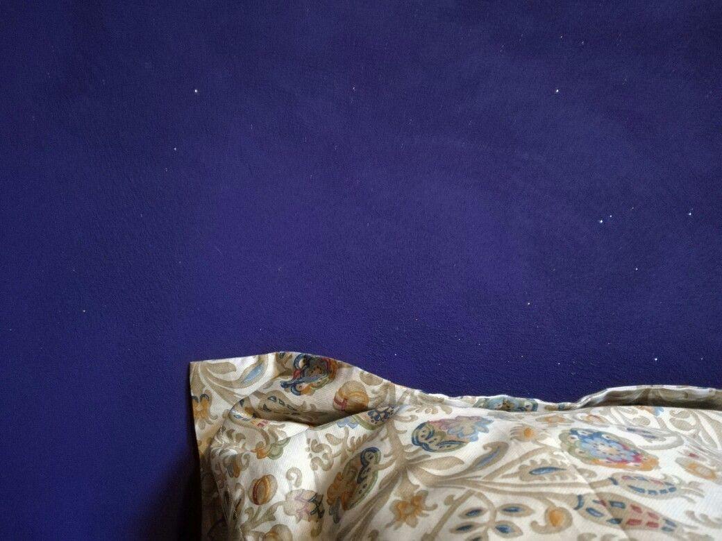 Viola, parete camera da letto, effetto glitter.