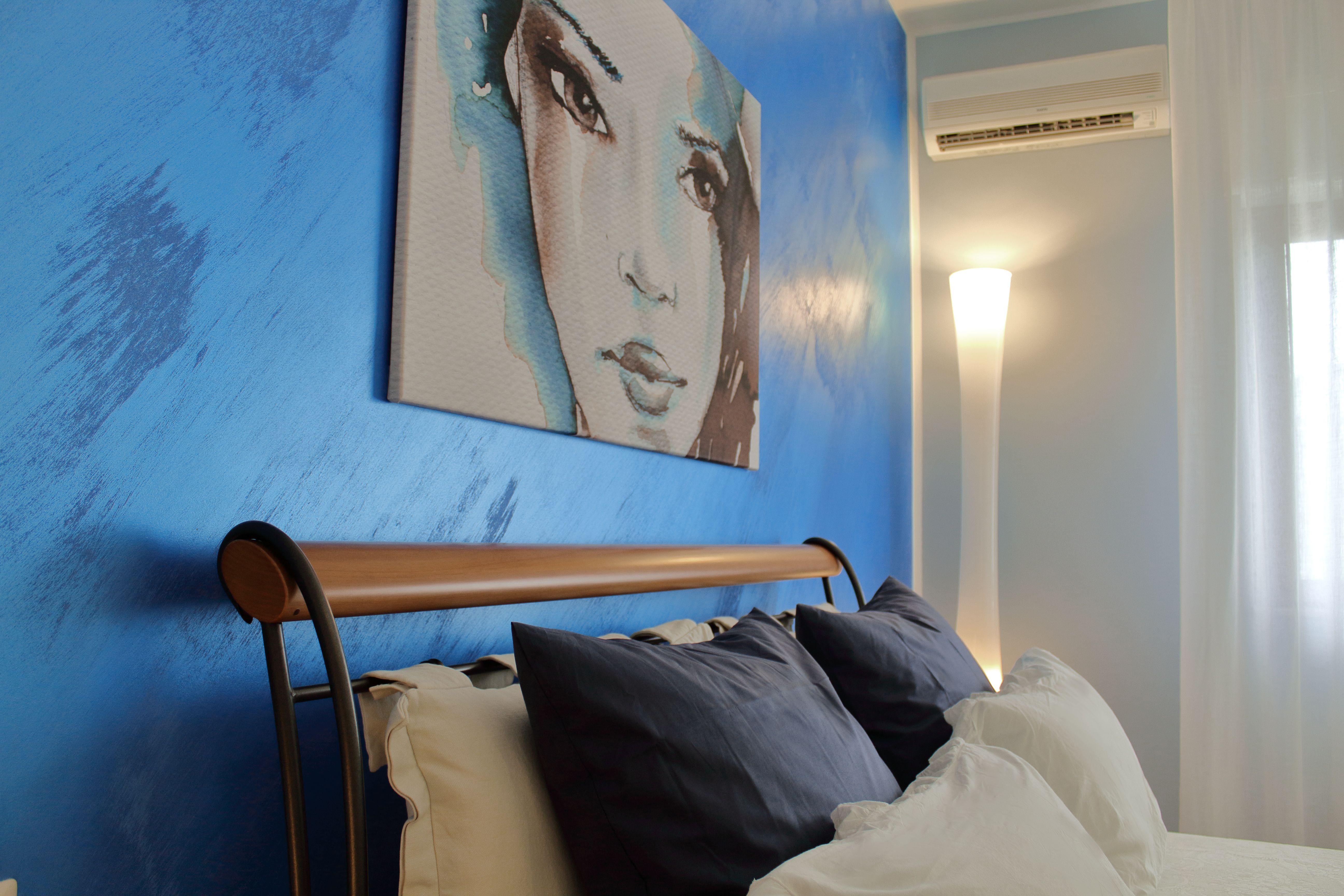 Camera da letto in stile moderno particolare illuminazione