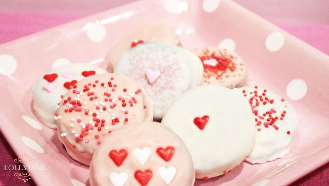 Pretty Valentine dipped Oreo's! So tasty! Great neighbor gift or treat for your love! {lollyjane.com}