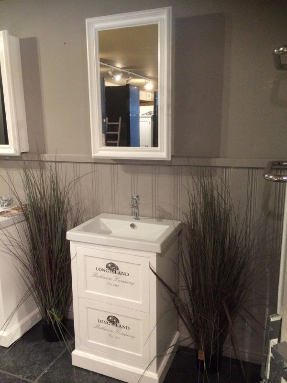 Waschtisch Weiss Mit Einem Spiegelschrank Im Landhausstil Farbe