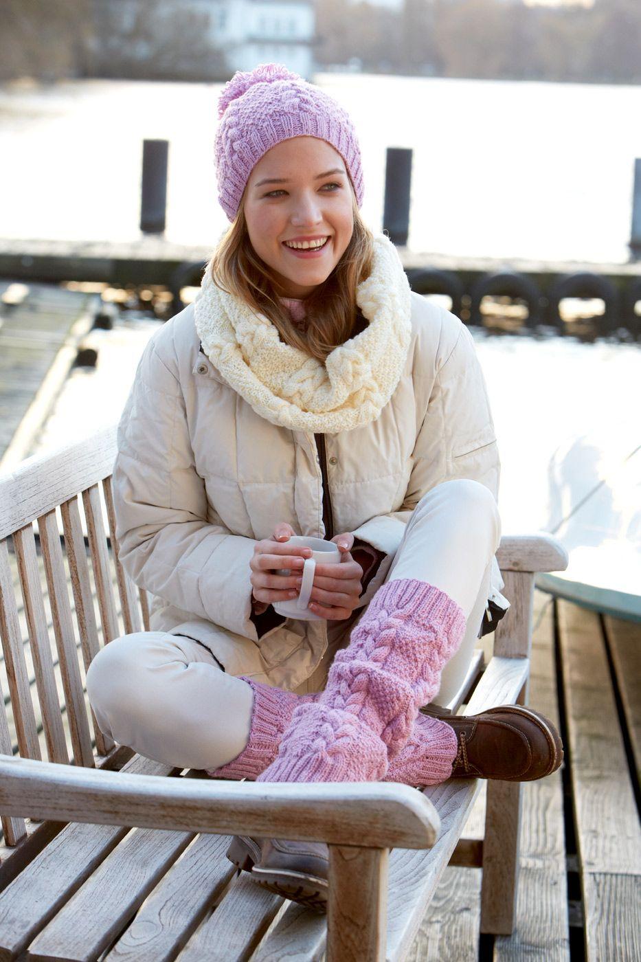 """Beinstulpen sind überaus nützlich, um zu vermeiden, dass Schnee von oben in die Schuhe gerät. Darüber hinaus sind sie aber auch ein trendiges Modeaccessoire. So wie dieses Paar aus Schachenmayr Regia 6-fädig """"Winter Sorbet"""". Dank der zarten Farbe wirkt das Zopfmuster plastisch und ungemein attraktiv. Größe: Umfang ca. 35 cm, Länge ca. 40 cm. Material: Schachenmayr Regia Winter Sorbet 6-fädig, …"""