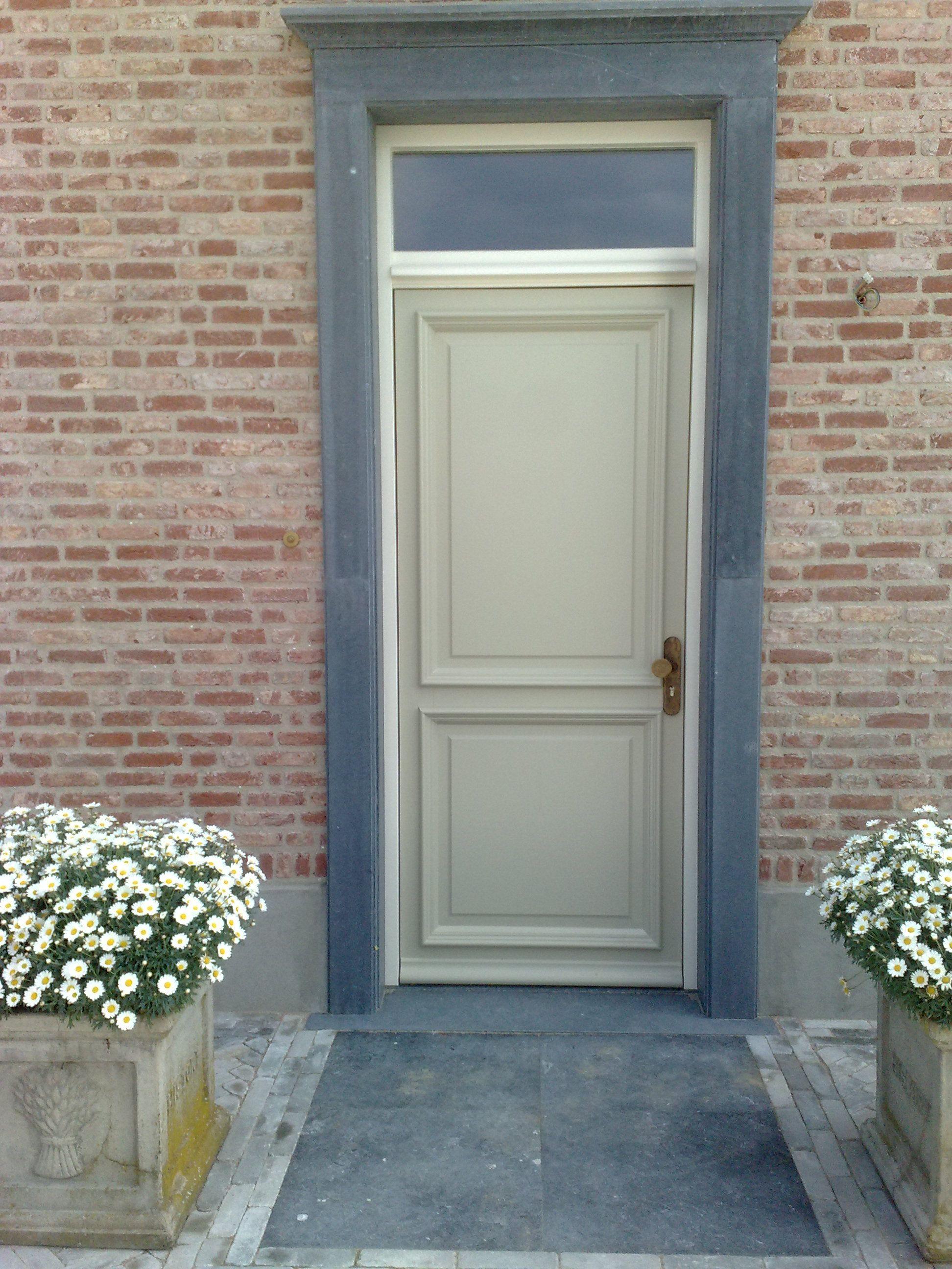 voordeur met hardsteen omlijsting natuursteen