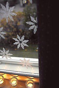 Lumitähdet luovat ikkunaan talvisen tunnelman.