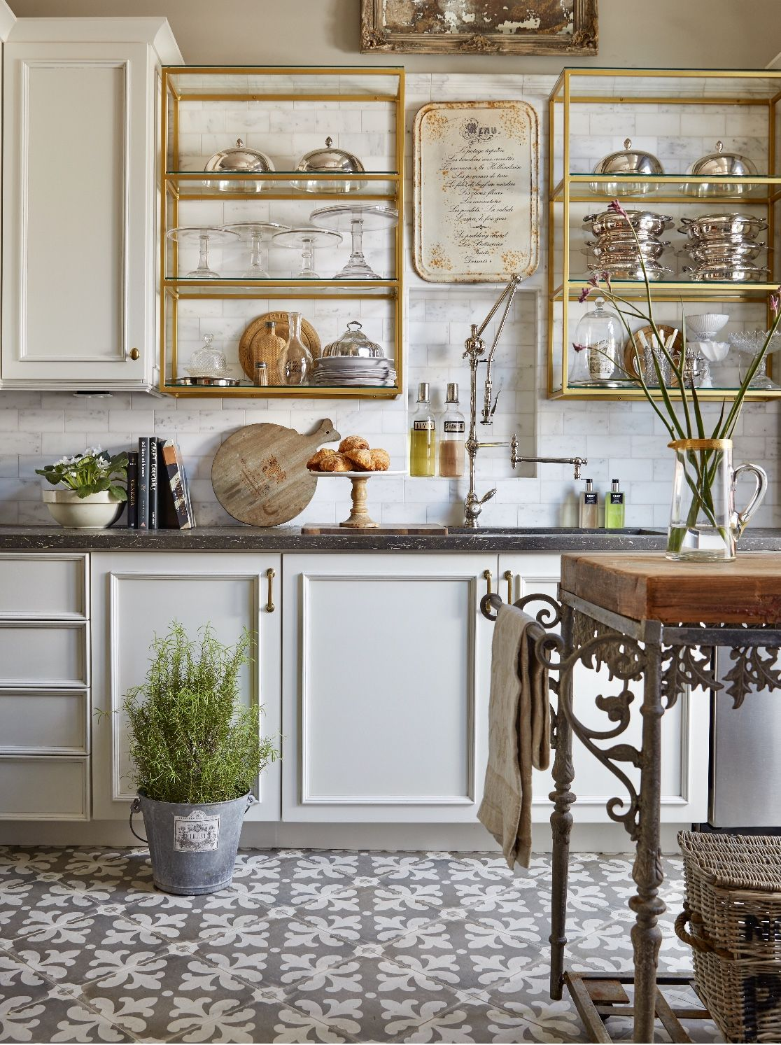 touch of brass the brass hardware trend is still going strong kitchen design country on kitchen decor trends id=44351