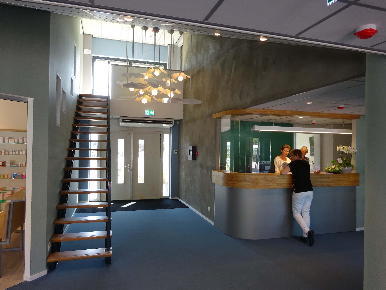 Entreehal gezondheidscentrum. de trap is tweedehands en v.v. van