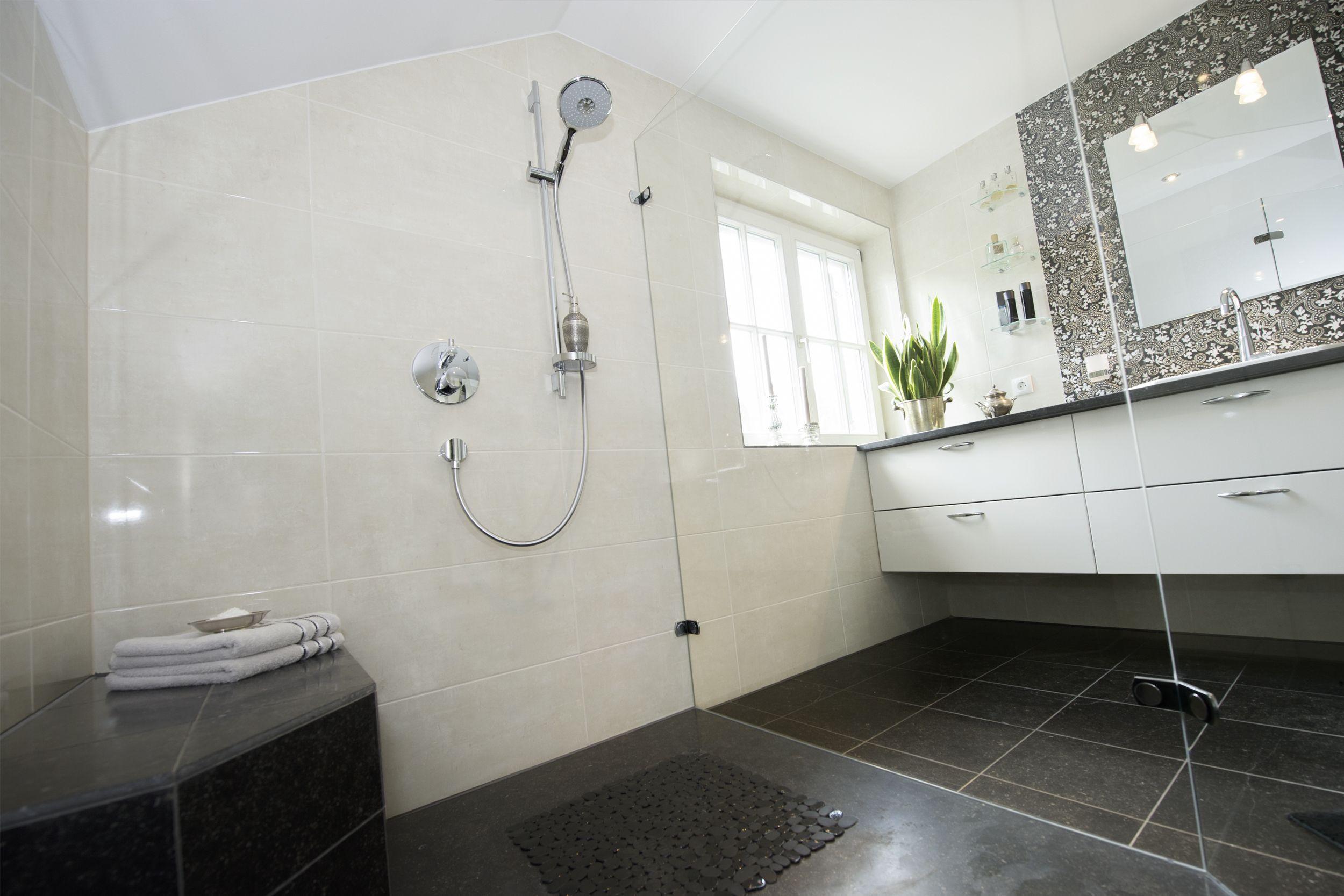 Frei begehbare Dusche mit bodenebenem Einstieg