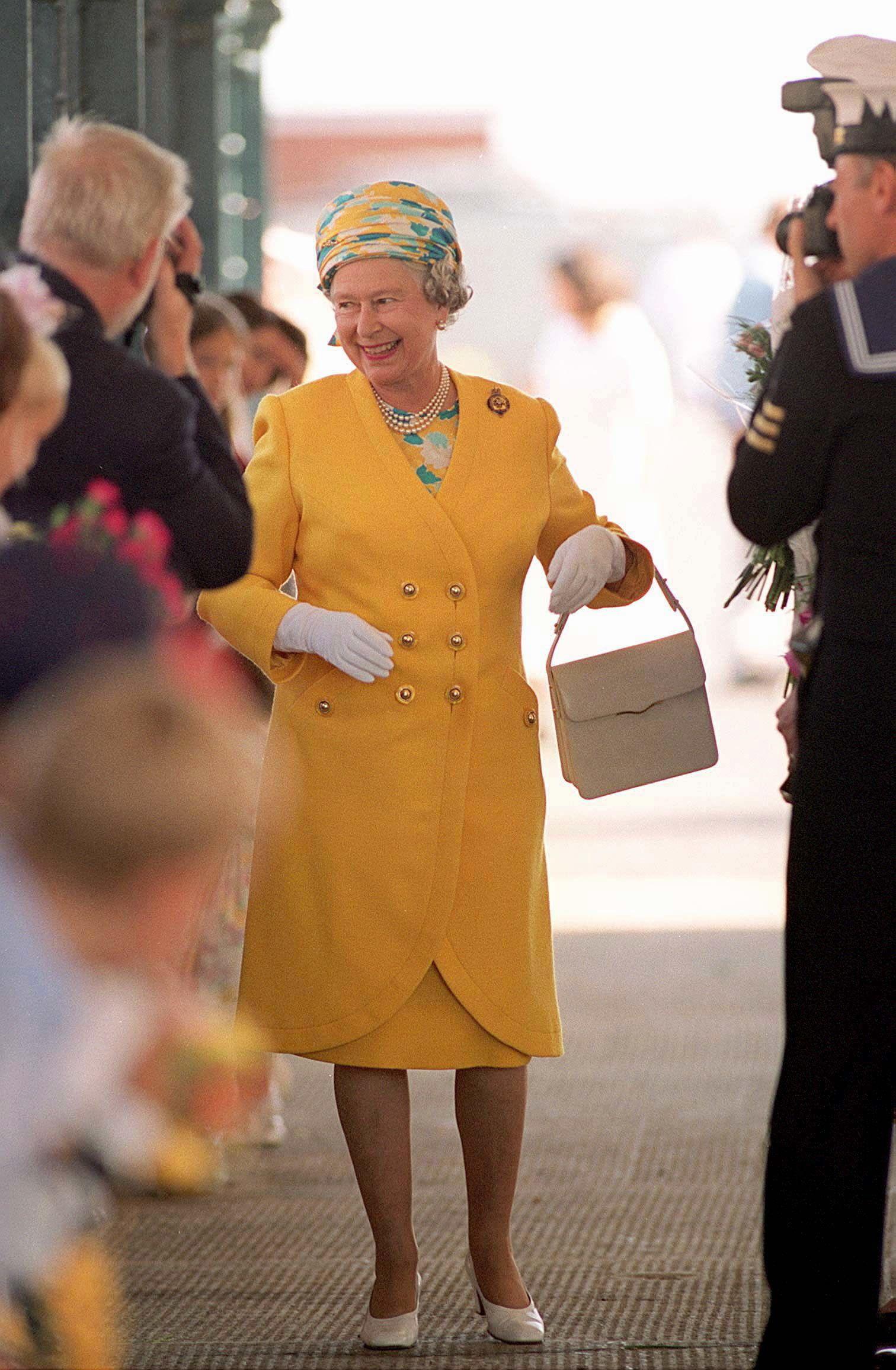 Queen Elizabeth And Her Green Screen Suit [ 1102 x 735 Pixel ]