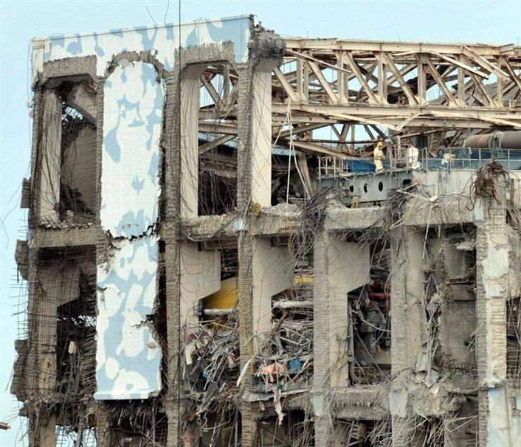 4号機原子炉建屋 天井クレーンのペデスタル上で作業している人がいる