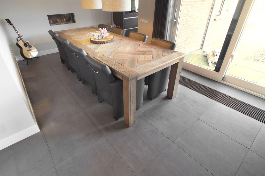 betonlook vloertegels - plint - tafel en stoelen - openhaard, Deco ideeën