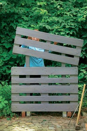 kreativ idee so wird aus paletten ein bl hender sichtschutz. Black Bedroom Furniture Sets. Home Design Ideas