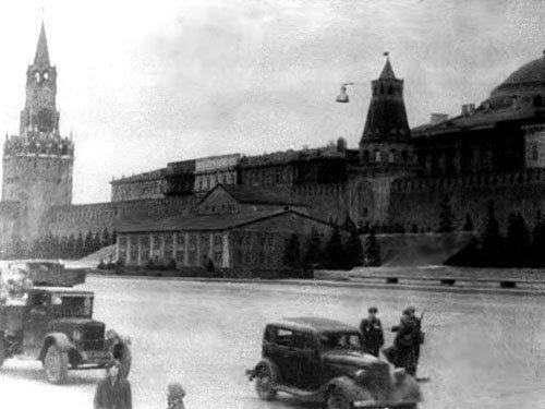 Мавзолей, замаскированный под жилой дом. 1941 г.Москва ...