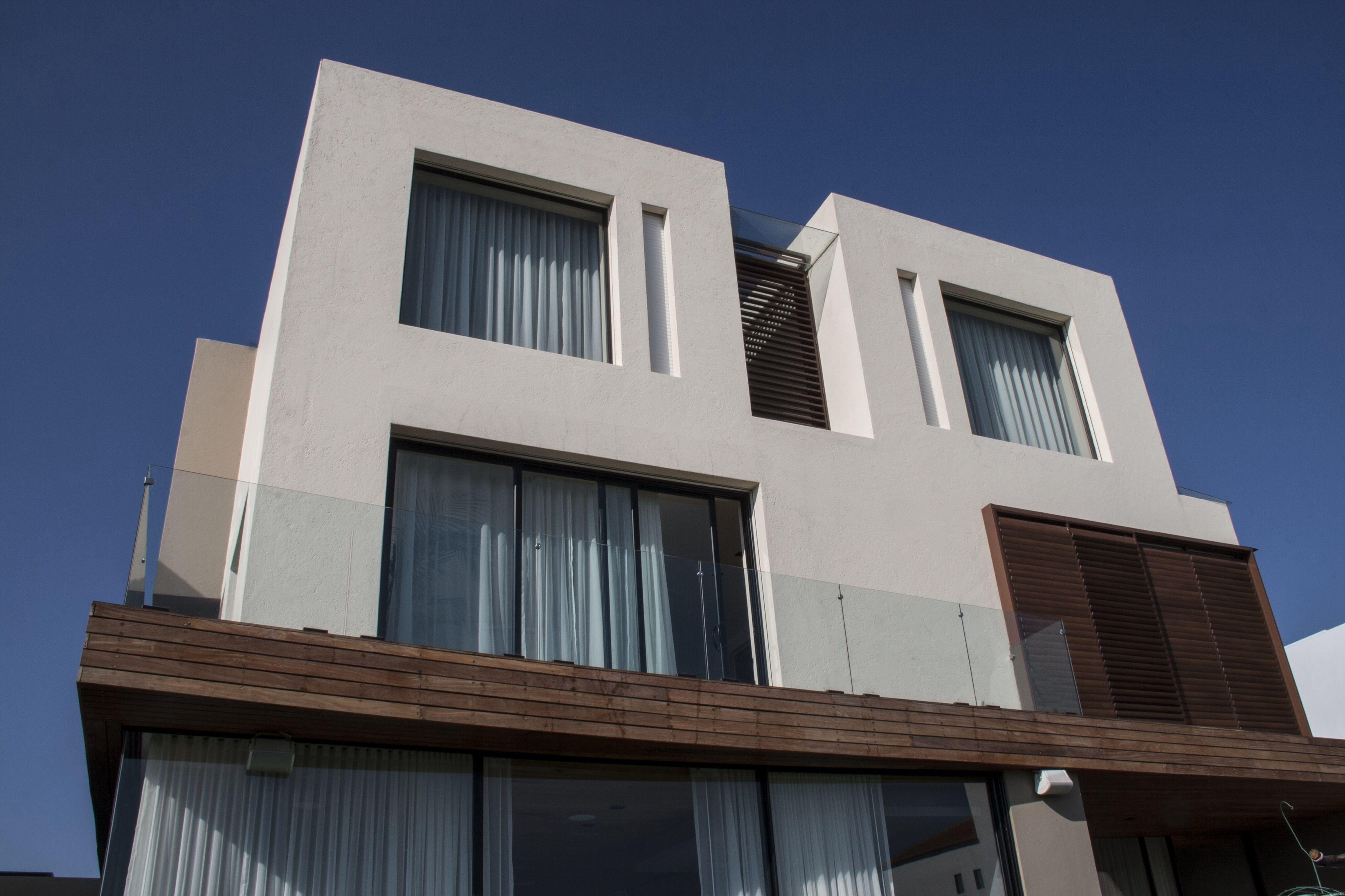 Casa ss fachada ventanas aluminio negro c digo z for Fachada de casas modernas con vidrio