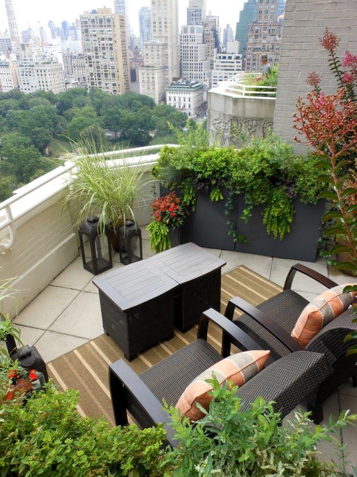 balkon gestalten mit vielen pflanzen und komfortablem. Black Bedroom Furniture Sets. Home Design Ideas