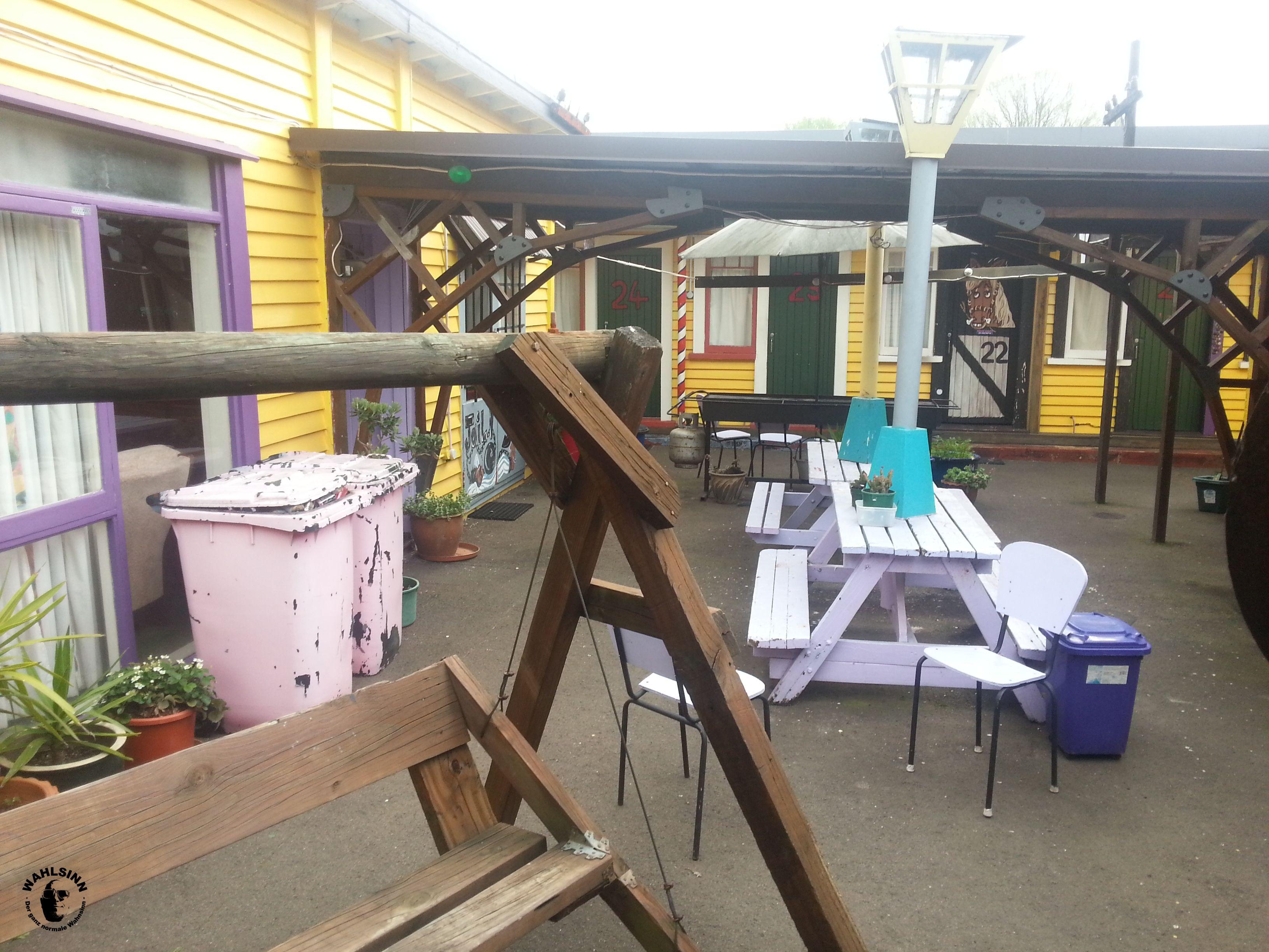 Der Innenhof vom Cactus Jack Hostel in Rotorua (Neuseeland)