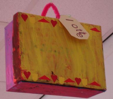 Koffer van een schoenendoos de kinderen verven naar eigen idee n de schoenendoos wanneer - Versieren van een smalle gang ...