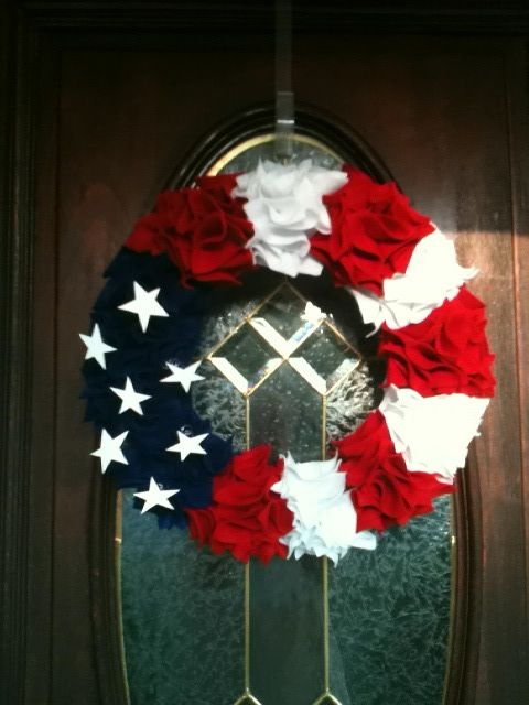 4th of July wreath using felt squares. Fold squares into triangle & secure into wreath with pin