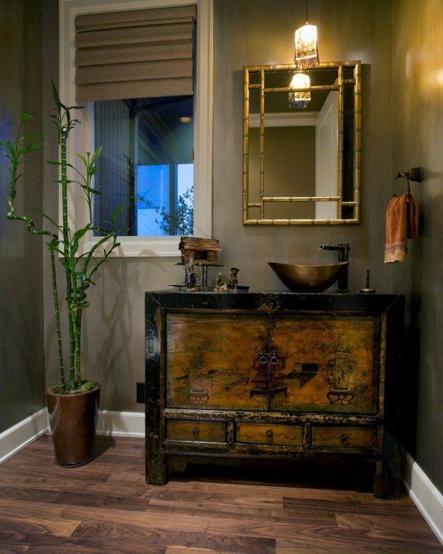 Natürliche Materialien im Badezimmer-Zimmerpflanze Bambus im ...