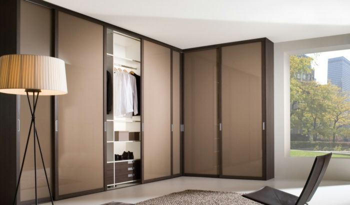 kleiderschrank design eckschrank schiebetüren stehlampe wohnideen - schlafzimmer mit eckschrank