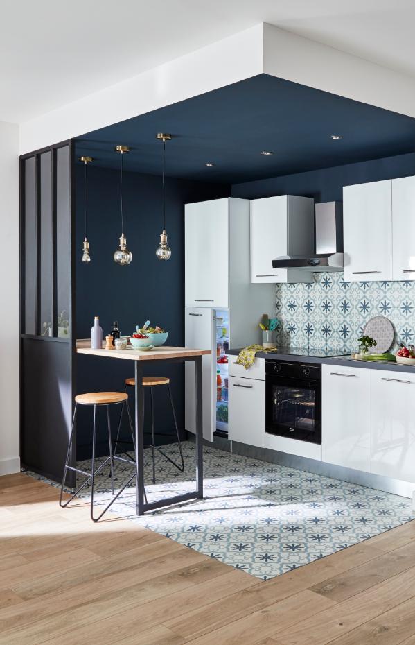 Une Belle Idee Deco Pour Delimiter L Espace On Creer Un Coin Cuisine En Accordant Les Murs Et Le Sol O Cuisine Appartement Plafond Cuisine Idee Deco Cuisine