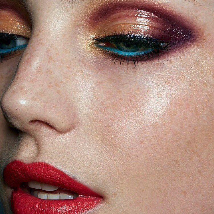 Queremos seguir quedándonos con la boca abierta queremos MAQUILLAJE. Forma parte de la primera comunidad que piensa por y para el maquillaje en http://ift.tt/26dCqly Maquillaje de Rae Morris | Fotografía @gavinoneillphoto | Modelo @misseloiseross