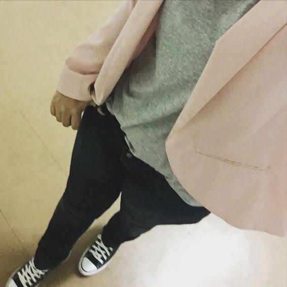 Blazer colorido + roupa básica + tênis