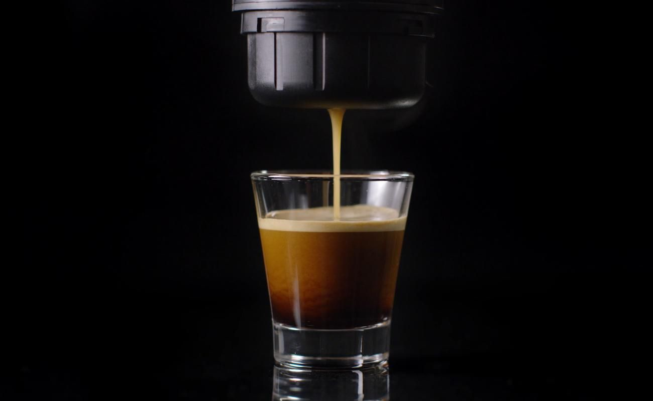 The removable lithium battery allows you to enjoy your espresso anywhere.