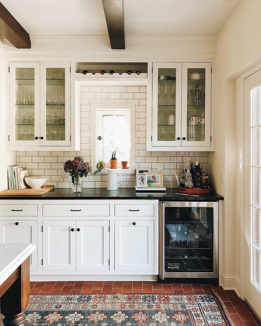 Apartment Therapy On Instagram Guess What Our Favorite Part Of This Kitchen Is Surprise It S House Beautiful Kitchens Apartment Kitchen Beautiful Kitchens