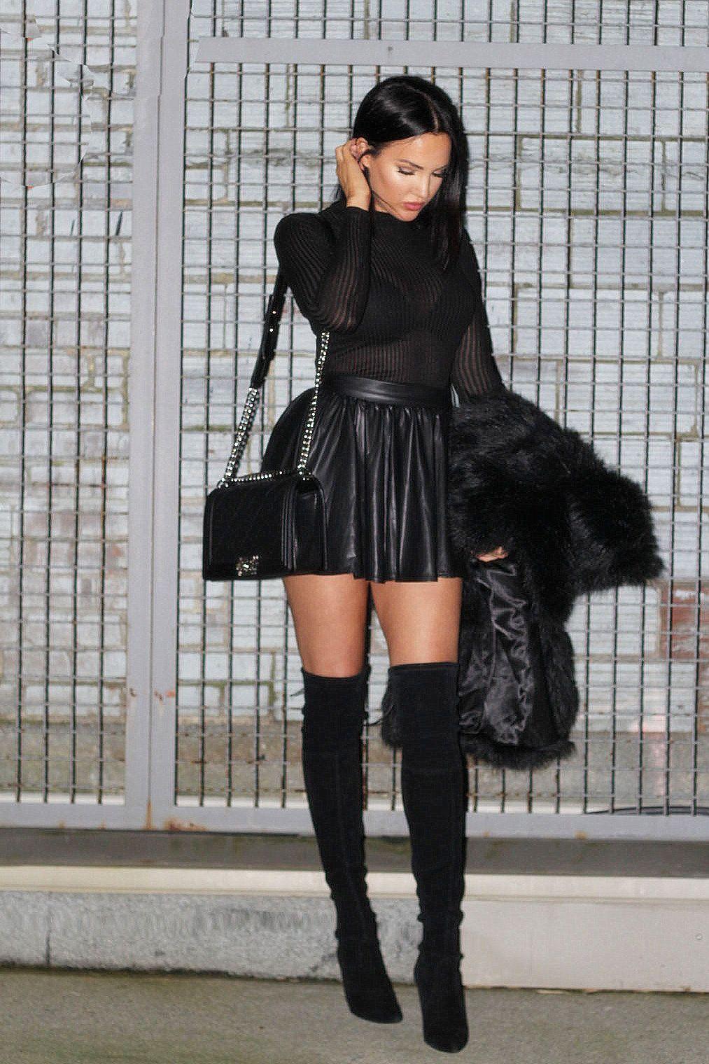 pleatedminiskirts oh my gosh that skirt those thigh