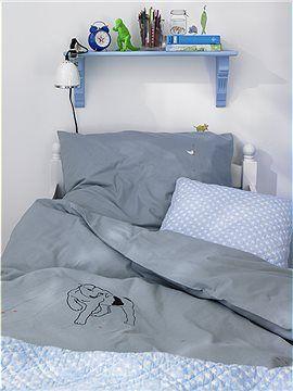 Tolle Kinderbettwäsche: Süßer Hund und kleine Ameisen die den Mond auf Händen tragen. Die Bettwäsche ist zart grau.
