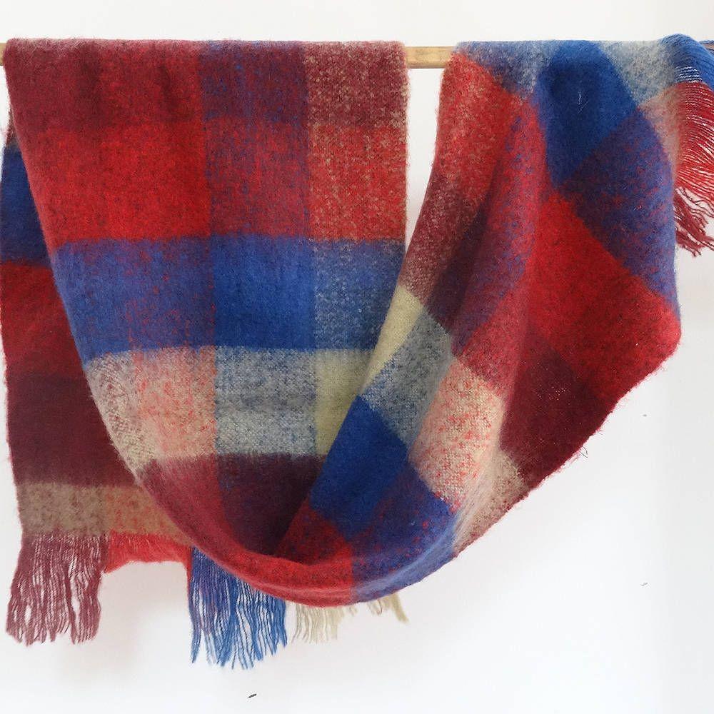Châle Echarpe en acrylique écossais écru, bleu et rouge , tout doux, tout  chaud de la boutique AkkaCreation sur Etsy 95787f4d1ac