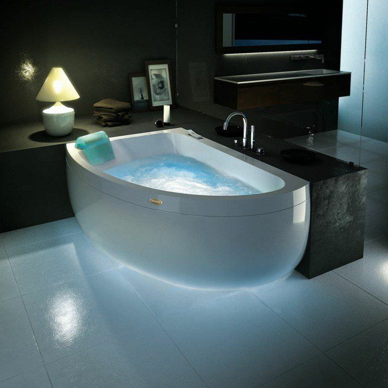 petite baignoire d 39 angle et solutions pour petits espaces salle de bain pinterest. Black Bedroom Furniture Sets. Home Design Ideas