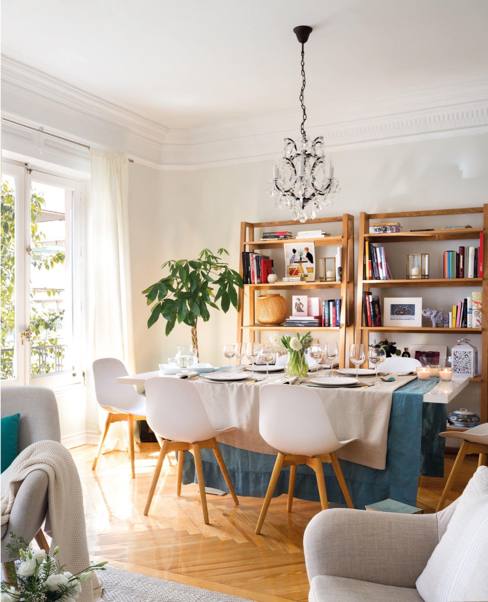 comedor de madera moderno con mantel en blanco y azul y estanterias ...